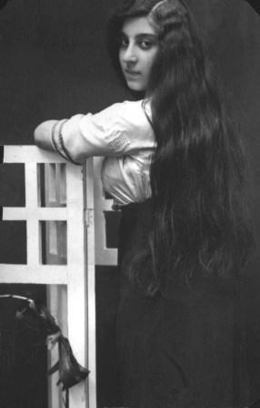 Мама Льва в молодом возрасте позирует для фотографии с длинными волосами