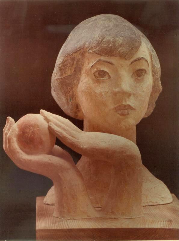 Девушка держит в руках шар