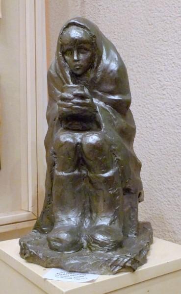 """фигура из серии """"Блокада"""" - девочка с кружкой кипятка анфас"""