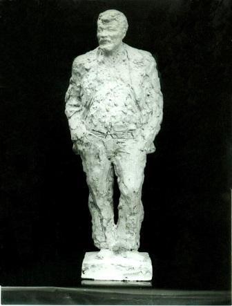 скульптурный портрет Николая Чекмарева в полный рост, анфас