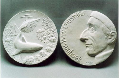 Медаль с профилем Кусто на одной стороне, изобрадением акулы и подводной лодки на другой