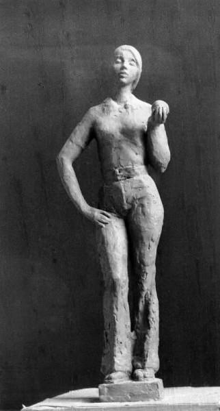 модель женщины в джинсах с яблоком в руке