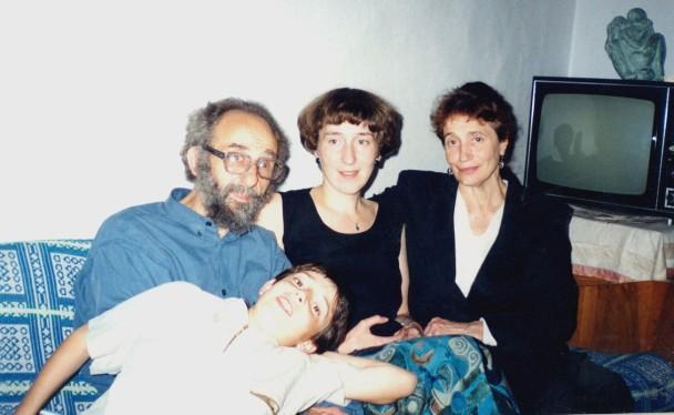 Лев с женой, дочерью и внуком на диване