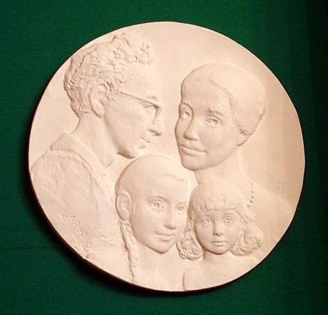 Медаль с изображением Льва с женой и двух маленьких дочерей
