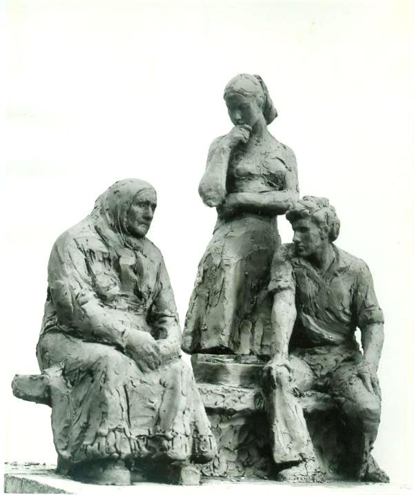"""скульптурная композиция """"Фольклористы"""" - пожилая крестьянка и два студента"""