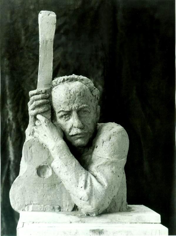 скульптурная композиция Александр Галич с гитарой