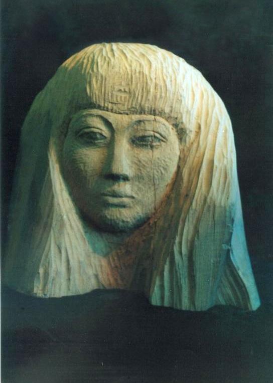 Женская голова из дерева, анфас