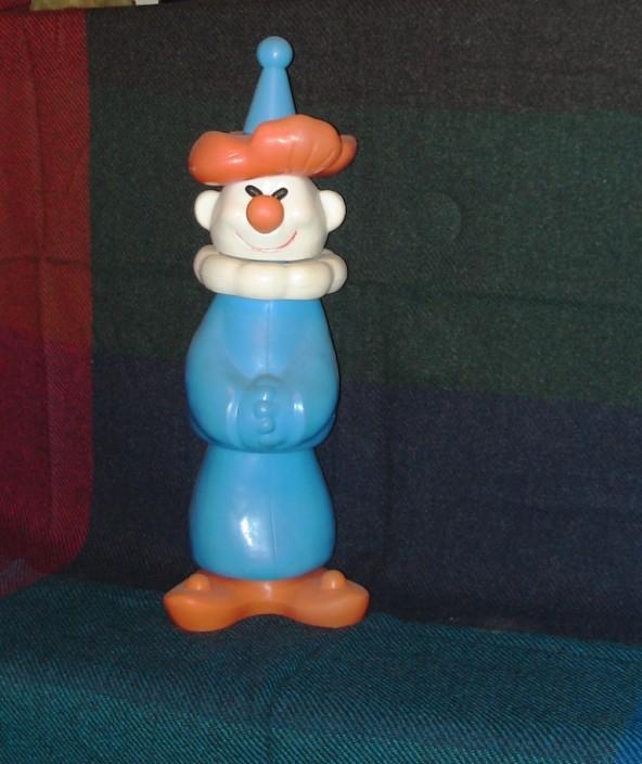 Игрушка клоун с рыжими волосами в голубом костюме и колпаке