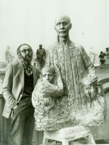 """Лев со скульптурой """"Корчак"""" прижимающего к себе плачущих детей"""