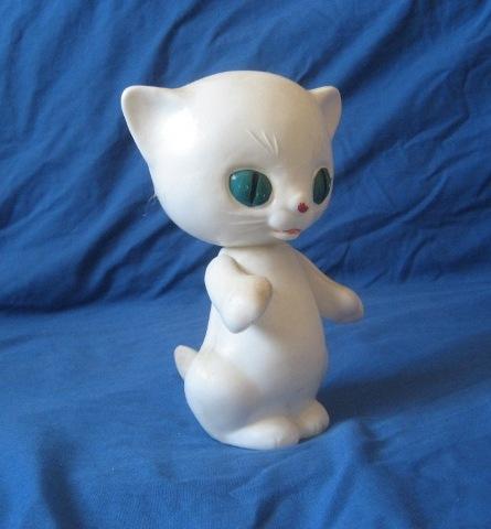 Игрушка белый кот с голубыми глазами