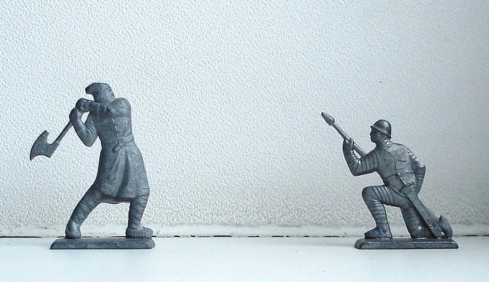 Русский воин замахивается топором, кнехт приклонил колена и выставил копье вперед