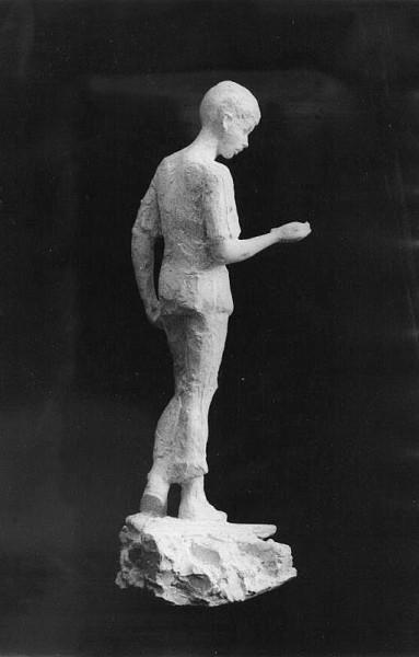 скульптура мальчика с канарейкой в полный рост, профиль