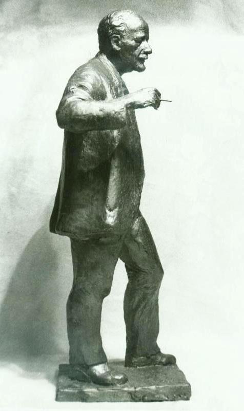скульптурный портрет Михаила Молоствова в полный рост