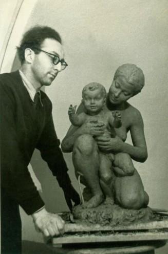 Лев со скульптурой женщины с маленьким ребенком
