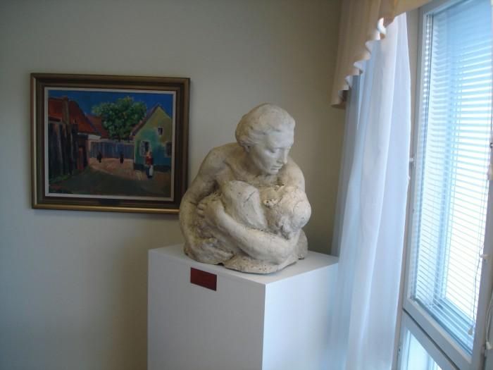 Фотография скульптуры матери с ребенкомв центре социальной помощи