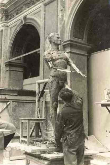 Лев Разумовский работает над скульптурой