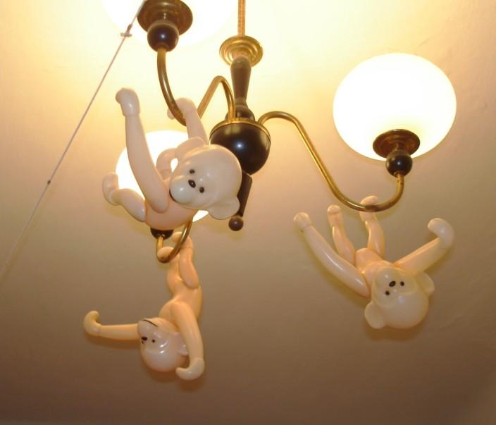 Три обезьянки висят на люстре