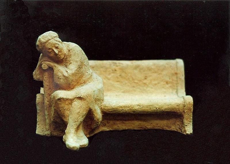 скульптурный портрет матери на скамейке
