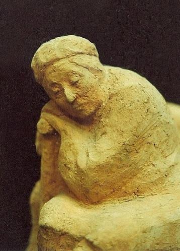 фрагмент скульптурного портрета матери на скамейке