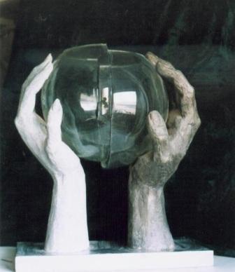 скульптурная композиция -мужская и женская руки удерживают половинки стеклянного шара