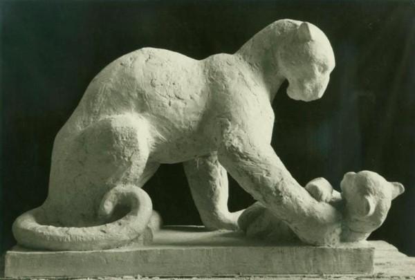 скульптура пантеры с детенышем, профиль