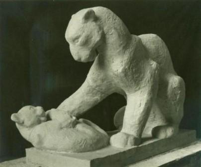 скульптура пантеры с детенышем