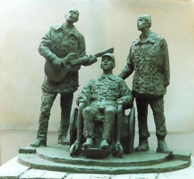 """трехфигурная скульптурная композиция """"Песнь о России"""" - ветераны Афганской войны поют: один в коляске, один играет на гитаре"""