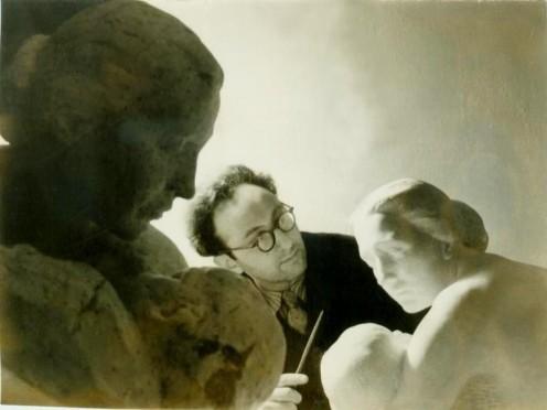 Лев на заднем плане со скульптурами женщин на переднем и среднем