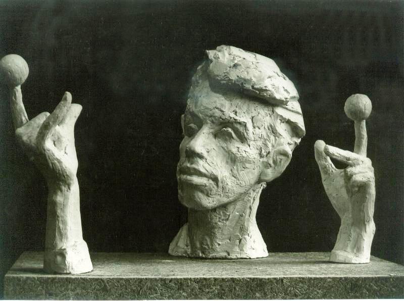 скульптурный портрет Льва Силаева с двумя отдельно стоящими руками