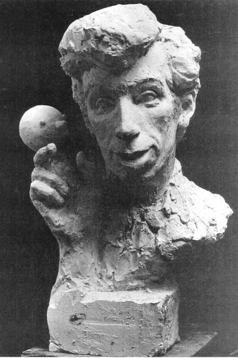 скульптурный портрет Льва Силаева с куклой-шариком
