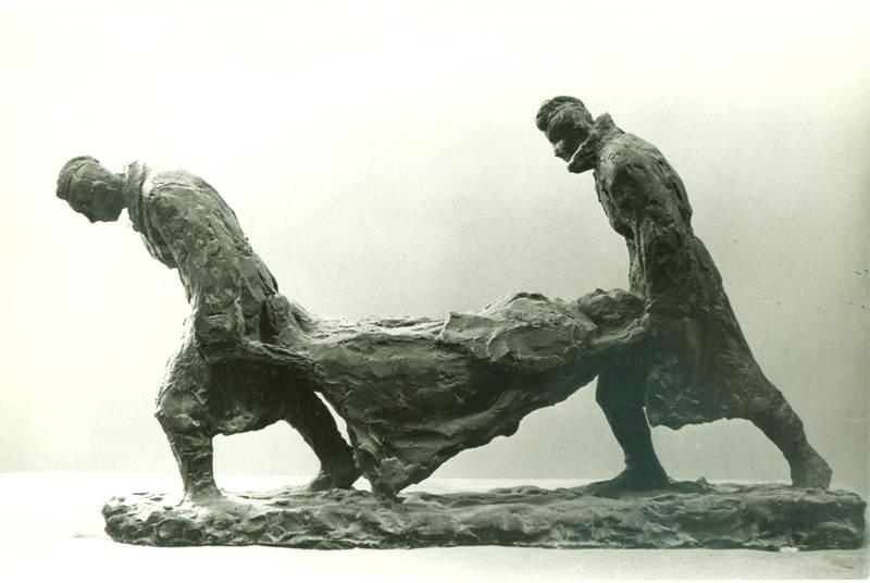 """фрагмент скульптурной композиции """"Солдаты"""", двое солдат несут носилки с раненым"""