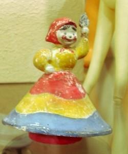Фигурка девушки в радужном платье с поднятой рукой