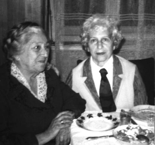 Две сестры сидят за столом