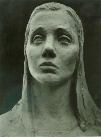 """фрагмент скульптурной композиции """"Вдовы"""", молодая женщина"""