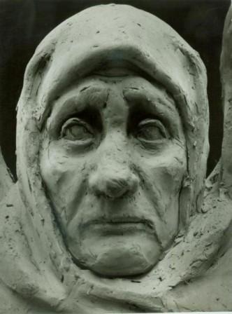 """фрагмент скульптурной композиции """"Вдовы"""", пожилая женщина"""
