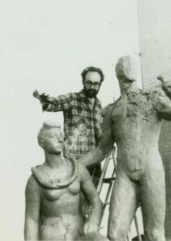 """Лев с глиняной моделью скульптуры """"Водолазы"""""""