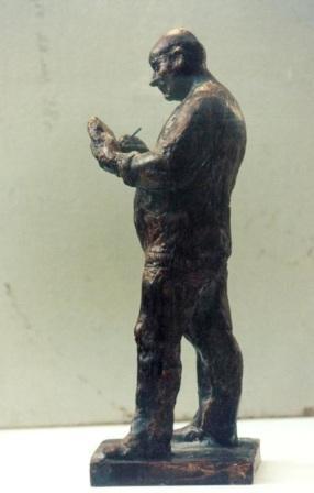 Мужчина стоит и пишет на весу