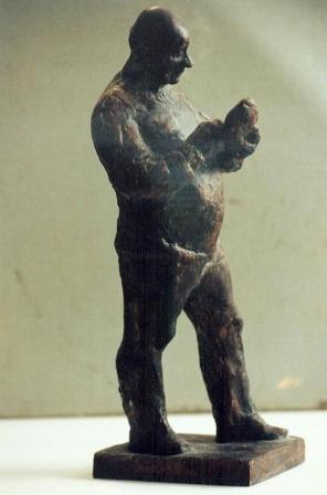 скульптурный портрет Матвея Якерсона в полный рост, правый профиль