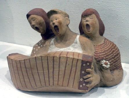 """скульптурная трехфигурная композиция """"Ярославские ребята"""" - поющие под аккордеон"""